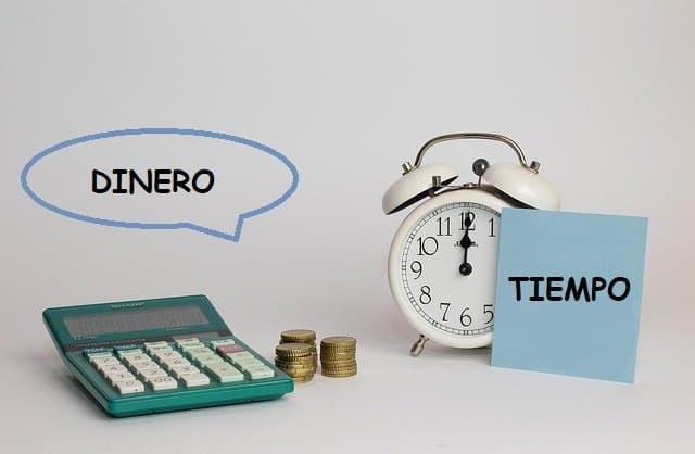 Calculadora, dinero y reloj, Maestrías por internet ahorran