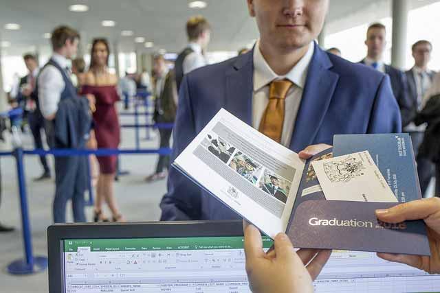 maestrías oficiales online españa Pasando seguridad en el aeropuerto, mostrando la documentación