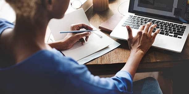 Mujer estudiando una Maestría por internet en su laptop