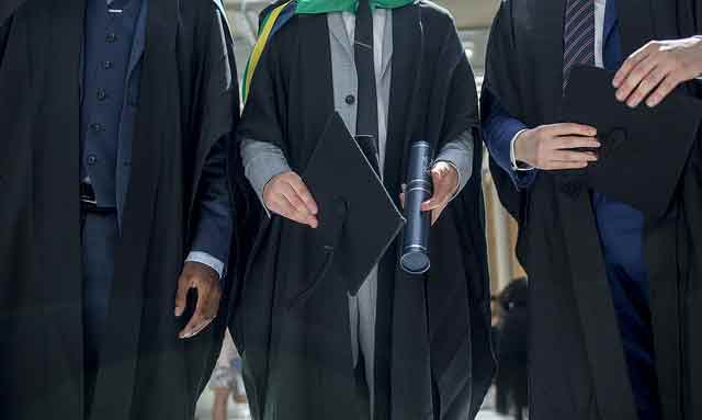 Vestidos con la toga y el birrete, graduados Maestrías Virtuales