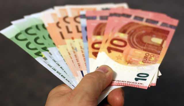 Empleos mejor pagados - diferentes billetes de euros