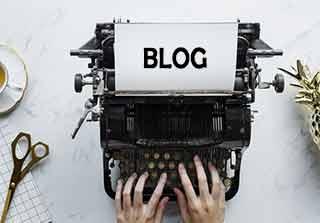 Maquina de escribir con hoja que dice BLOG