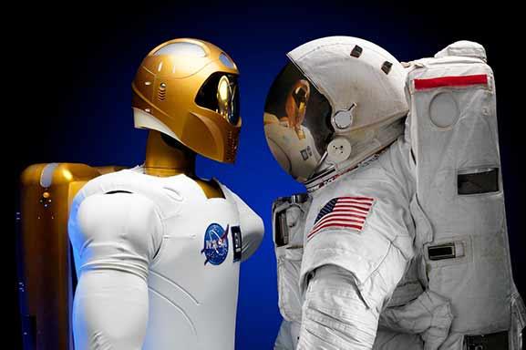 formación para el futuro - Dos astronautas, uno robot y otro humano