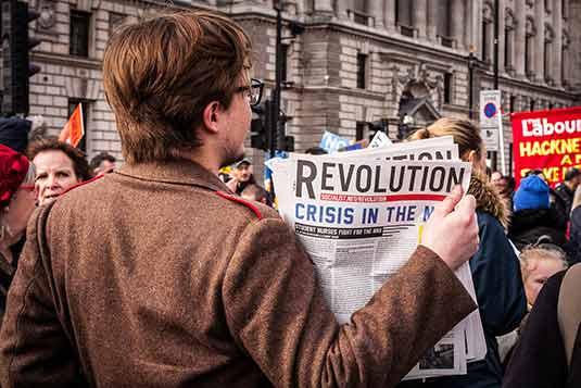 formación para el futuro - Hombre de espaldas sosteniendo un periódico
