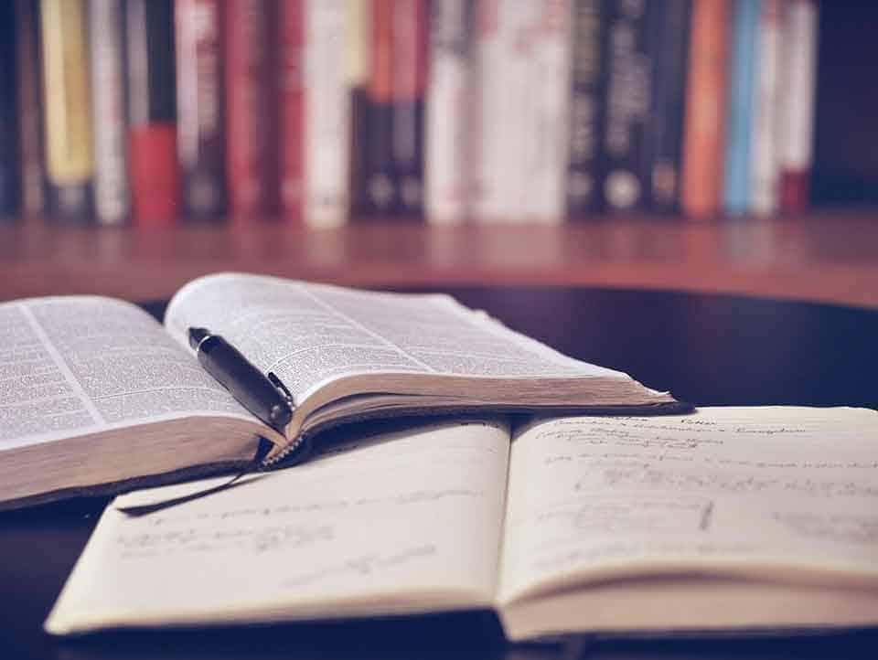 las mejores maestrias online - estudiando en la biblioteca