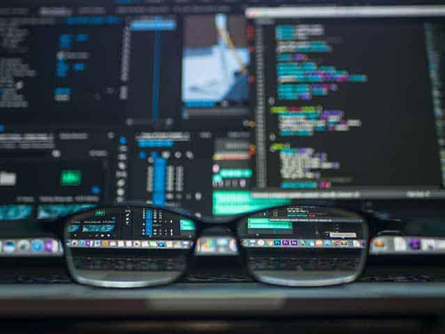 maestria en ciencia de datos online . gafas sobre un portátil abierto con datos