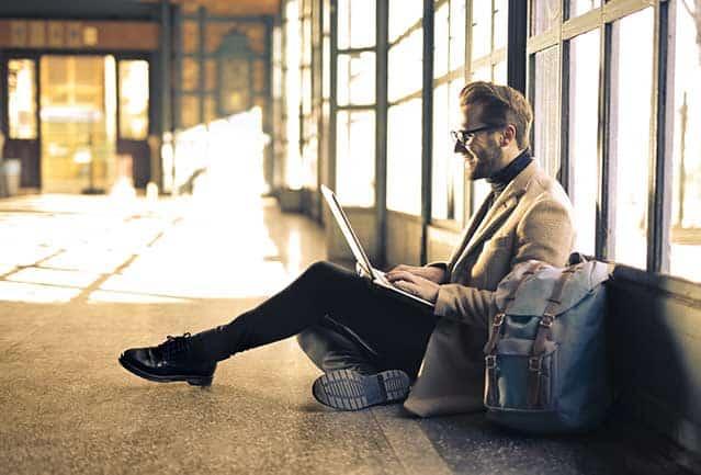 estudiar en linea - hombre estudiando un posgrado en linea desde su ordenador