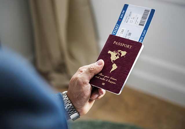 estudiar en linea - pasaporte y billete de abordar