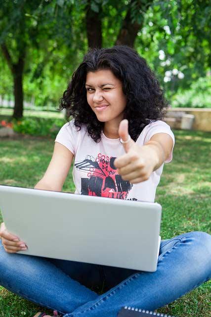 estudiar en linea - mujer aprovechando los beneficios de estudiar en línea