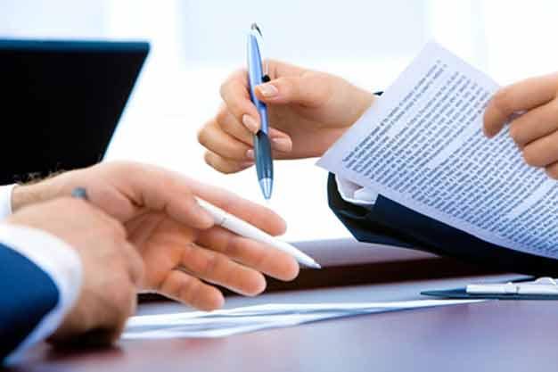 Firma de contrato siguiendo las técnicas de reclutamiento y selección de personal.