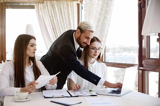 Administradores de Empresa reunidos debatiendo estrategias