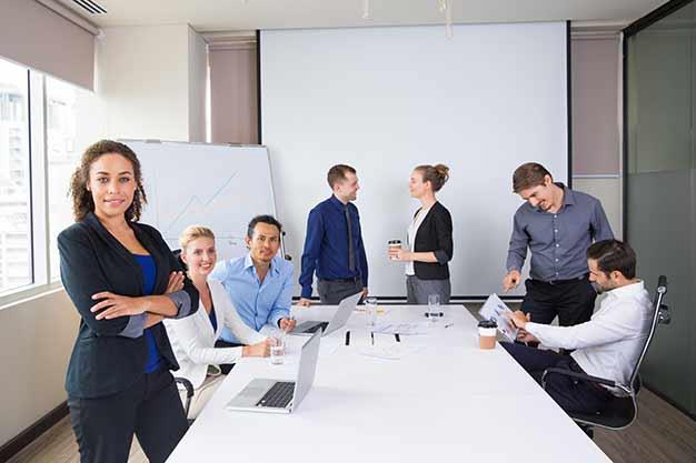 Un equipo de trabajo de negocios. En el día Internacional del Administrador celebramos el liderazgo y la capacidad de los administradores. ¡Que viva el Día Internacional del Administrador!