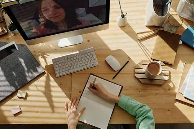 Una mesa con distintos elementos para llevar a cabo las maestrías económicas virtuales. La organización en el espacio de trabajo es una aptitud importante que se adquiere gracias a las maestrías económicas virtuales.