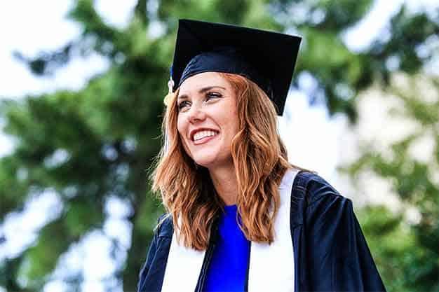 Chica feliz tras graduciarse de las maestrias virtuales en Colombia en 2021. Tras la pandemia, ha aumentado la demanda de maestrías virtuales en Colombia, debido a los grandes beneficios que aportan.