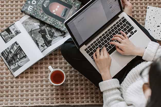 Se observa una persona que trabaja desde la laptop. Conocer los pasos y requisitos para crear una empresa es importante porque te permite comparar tu perfil y analizar si tienes el perfil del empresario. ¡Lee más sobre los pasos y requisitos para crear una empresa!