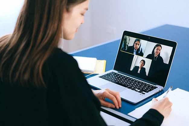 Una videollamada entre tres personas que estudian las maestrías económicas virtuales. El aprender a distancia facilita las habilidades comunicativas, beneficio de nuestras maestrías económicas virtuales.