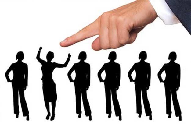 Selección de un candidato siguiendo las técnicas de reclutamiento y selección de personal.