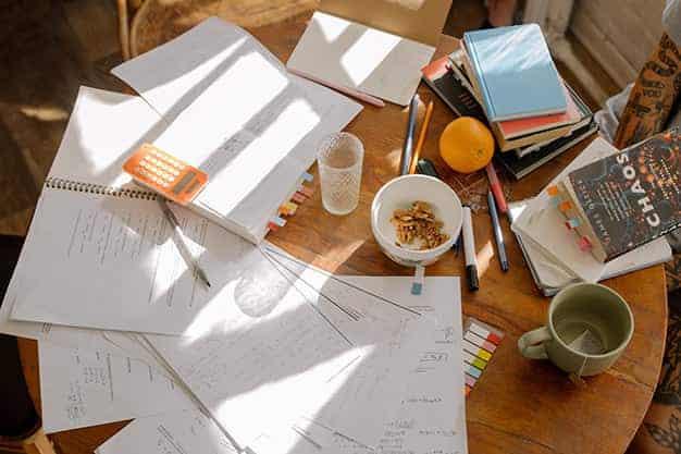 Observamos una mesa con papeles, apuntes, libros, y lapiceros. Las Maestrías virtuales en Argentina 2021 son ideales para desarrollar aptitudes y métodos de estudio. Accede a Maestrías virtuales en Argentina este 2021.