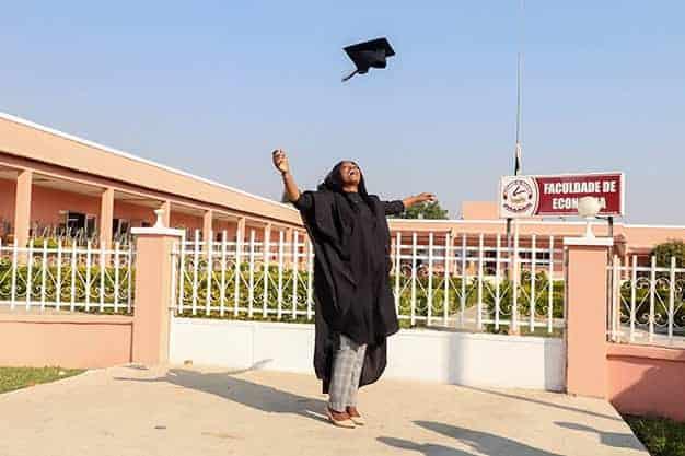 Observamos una mujer graduada, ¡tras terminaruna de las Maestrías virtuales en Perú 2021 ! Sin duda, las Maestrías virtuales en Perú te acercan a tu empleo soñado.