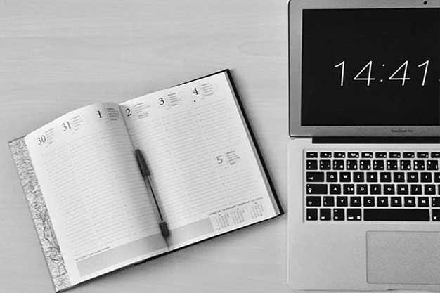 Se observa una laptop y una agenda, simbolizando la facilidad horaria que te ofrecen nuestras maestrías en línea con beca barata. Estas maestrías en línea con beca barata desarrollan la autodisciplina y la organización del tiempo. Las maestrías en línea con beca son increíbles.