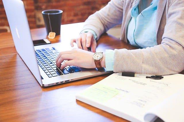 En la imagen se puede ver una persona con un ordenador estudiando Maestrías virtuales en Chile 2021. Esta educación ofrecende grandes oportunidades laborales y por ello, la demanda de maestrías virtuales en Chile 2021 ha crecido tanto.