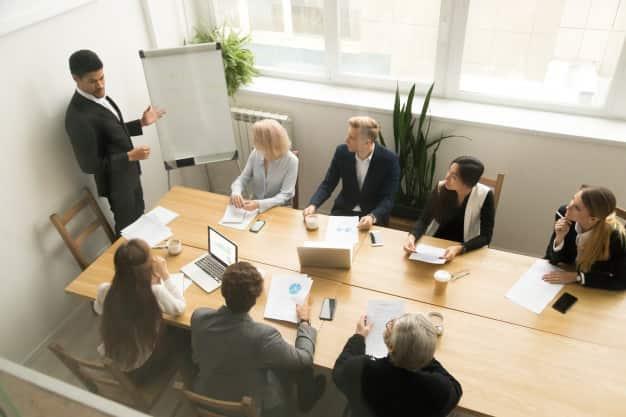 Un grupo de personas están reunidas en la entrevista para ocupar las diferentes áreas de empleo de un administrador de empresas. La compañía ha tenido algunas dificultades por la pandemia, por lo qué necesitan un grupo eficas para sus áreas de empleo de un administrador de empresas.
