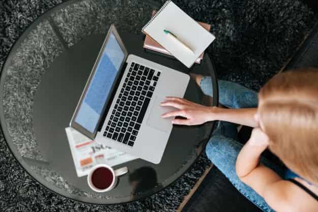 Una persona se encuentra buscando en su laptop que áreas de empleo de un administrador de empresas se ajustan mejor a su perfil. Existen muchas vacantes para áreas de empleo de un administrador de empresas.