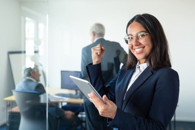 En la imagen se ve a la joven que ocupará una de las áreas de empleo de un administrador de empresas. Ella es una profesional con un CV impresionante, por eso fue aceptada para el cargo directivo en una de las áreas de empleo de un administrador de empresas.