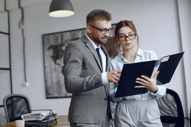 Se observa al personal de recursos humanos de una compañía revisando las áreas de empleo de un administrador de empresas. Necesitan a los mejores profesionales para ocupar las diferentes áreas de empleo de un administrador de empresas para lograr sus objetivos organizacionales.