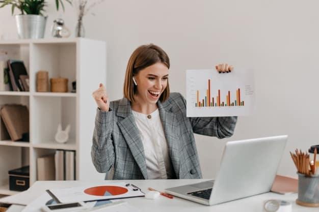 En la imagen, una joven muestra los resultados de su tesis para finalizar de estudiar administración y dirección de empresas. En 2021, estudiar una Maestría en administración y dirección de empresas es muy popular.