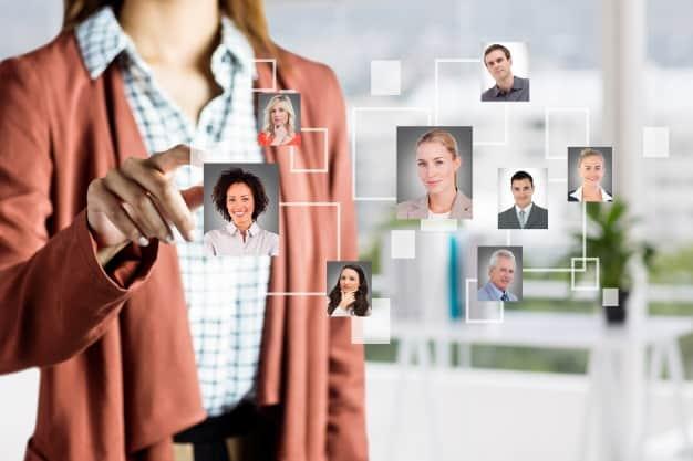 Observamos a una persona realizando las funciones del director de recursos humanos en una empresa. Quien ocupe el cargo, deberá cumplir siempre con las funciones del director de recursos humanos de una empresa.