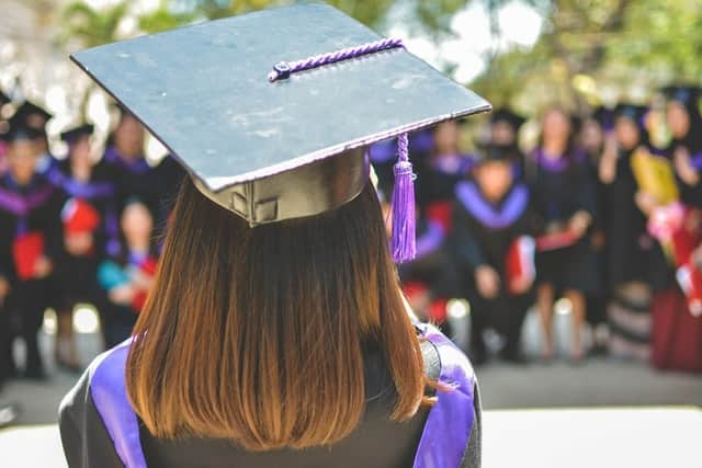 Una joven recién graduada está pensando si estudiará una de las maestrías virtuales en Nicaragua 2021. Aún no sabe, si se decidirá por las maestrías virtuales en Nicaragua 2021 o en otro país.