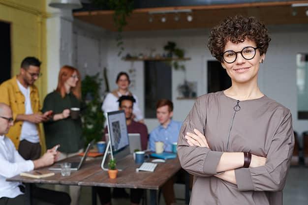 Se observa un equipo de trabajo, muchos profesionales que discuten sobre estudiar un Máster en la Escuela Internacional de Negocios Digitales. Un Máster en la Escuela Internacional de Negocios Digitales es una buena alternativa para hacer Networking internacional.