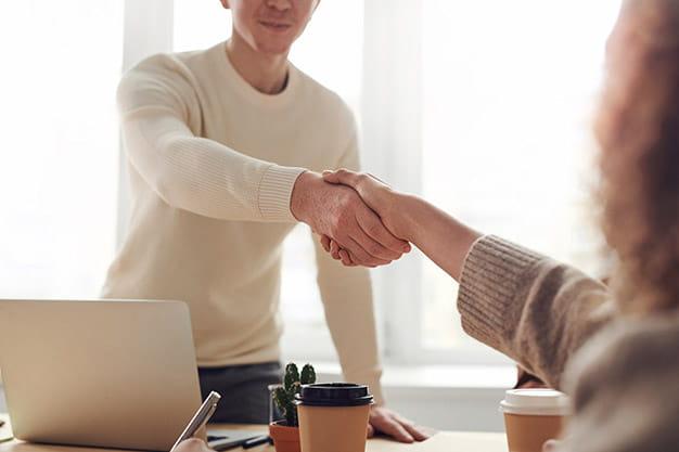 Observamos un par de personas que estrechan la mano. Este es un símbolo de cerrar un trato, nociones que aprendes en un Máster en la Escuela Internacional de Negocios Digitales. Aprovecha el Máster en la Escuela Internacional de Negocios Digitales que ofrece ESEA - Maestrías virtuales.