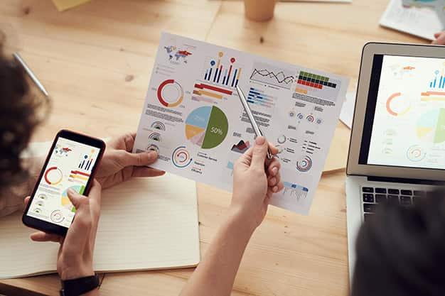 Observamos un par de profesionales discutiendo sobre un gráfico estadístico referente a una empresa. Crear contactos gracias a un Máster en la Escuela Internacional de Negocios Digitales es muy importante. ¡Aprovecha el Máster en la Escuela Internacional de Negocios Digitales!