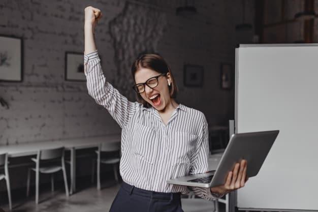 Una joven celebra su graduación, gracias a investigar qué es un máster profesional online e invertir en uno. Ahora podrá obtener mejores ofertas de empleo por su interés, que nació de saber qué es un máster profesional online y apostar por su futuro.