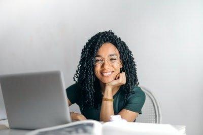 En la imagen se ve a un joven que decidió estudiar project management.