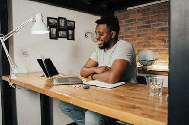 En la imagen se ve a dos profesionales comentando las estadísticas de su empresa, ambos obtuvieron su maestría después de estudiar project management.