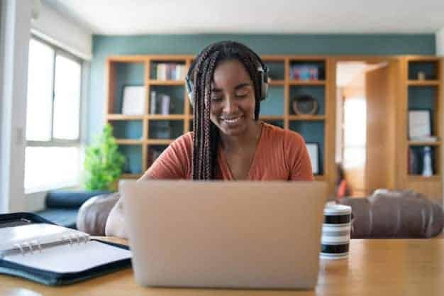 Una de las ventajas de estudiar un mba en línea es la flexibilidad. Por ello, en la imagen se ve una chica que está con su pc para estudiar un mba en línea en España.
