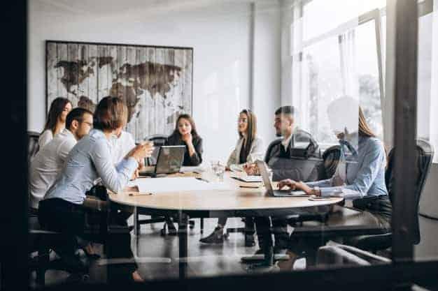 En la imagen se ve un grupo de profesionales decidieron estudiar un mba en línea en España y ahora han creado una empresa