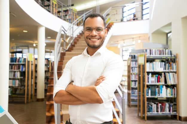 Se observa a un hombre feliz, que va estudiar maestrías virtuales en El Salvador 2021.