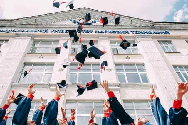 Se observa en la foto varios estudiantes graduados de maestrías virtuales en El Salvador 2021.