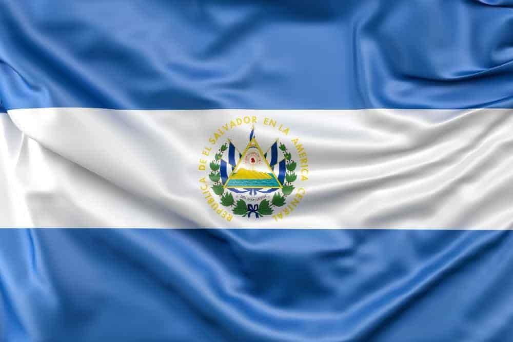 Esta imagen es la portada del artículo ¿Deberías estudiar Maestrías virtuales en El Salvador 2021? Y se ve la bandera de El Salvador.
