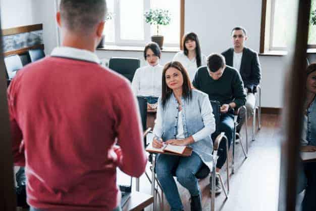Observamos en la imagen un profesor dando clase con la metodología tradicional. Sin duda, una imagen muy diferente a las habituales de las maestrías virtuales en Costa Rica 2021.