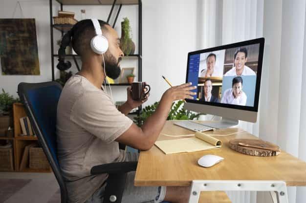 En la primera foto se ve a un hombre estudiando las maestrías virtuales en Guatemala 2021.