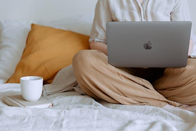 En la imagen se encuentra un estudiante de MBA online en Perú. Este egresado quiere mejorar sus habilidades con un MBA online en Perú.