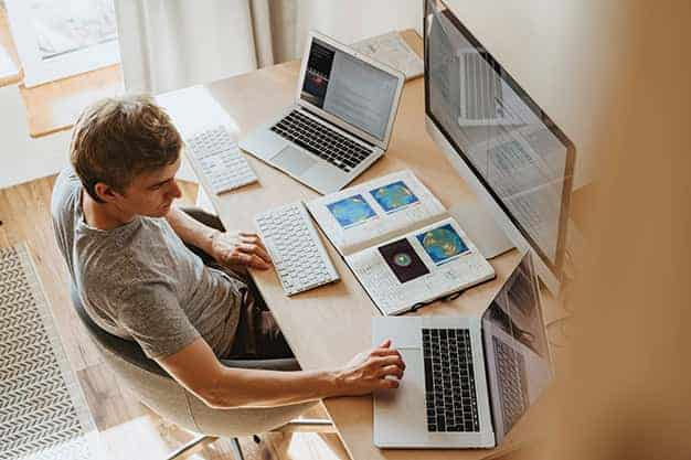 Vemos a un hombre trabajando desde casa y estudaindo un MBA online en Perú. Él es un profesional activo en el sector que busca mejorar con un MBA online en Perú.