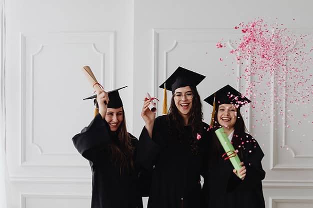 Aquí vemos a tres jóvenes graduadas de una escuela internacional de negocios en Perú. Ahora cuentan con más oportunidades laborales gracias a su formación en una escuela internacional de negocios en Perú.