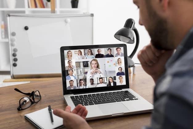 Observamos a un grupo durante clases virtuales en una escuela internacional de negocios en Colombia. Todos quieren actualizar sus conocimientos en la mejor escuela internacional de negocios en Colombia.