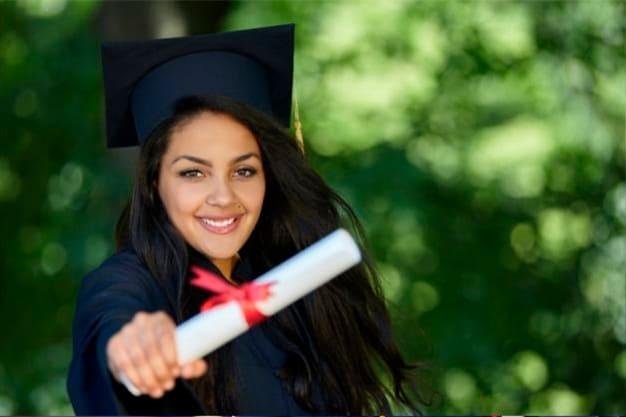 Joven en la graduación de su maestría a distancia en Perú. Va a proyectarse en el mercado laboral, con su maestría a distancia en Perú.